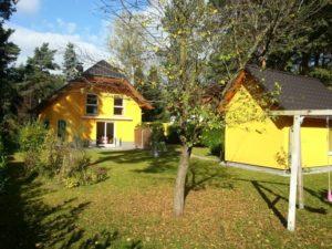 Haus mit Garten im Herbst
