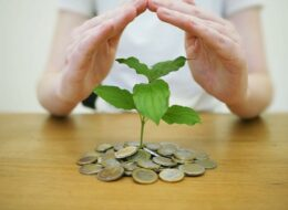 Hand schützt das Geld - Symbolbild